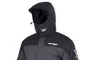 Het pak bestaat uit een jas en salopettes uit 100% nylon met een ademende, waterdichte PU coating, de voering bestaat uit 100% polyester.