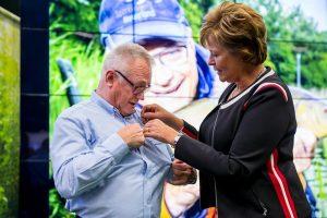 Tijdens het officiële afscheid van vertrekkend VIS TV-icoon Ed Stoop op de Visma afgelopen zaterdag, kreeg hij uit handen van Marjan van Kampen – voorzitter van Sportvisserij Nederland – de gouden erespeld uitgereikt.