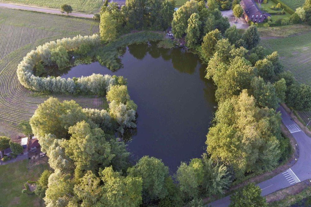 Tussen Den Bosch en Nijmegen, vlak onder Ravenstein, ligt een prachtig stukje privé grond van bijna één hectare groot.