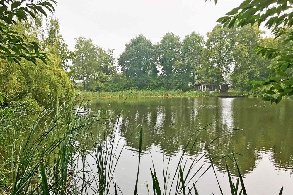 Door de openslaande deuren van de bungalow kom je op het terras alwaar de rodpod kan staan. Het is dus prima te doen om vanuit de behuizing te vissen.