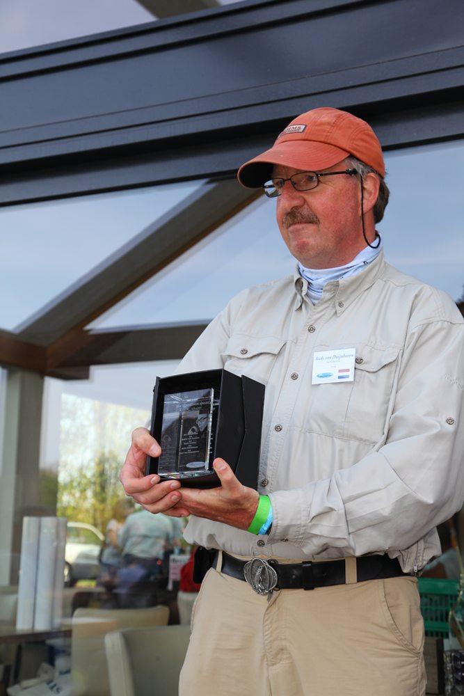 Het lasergegraveerde blok glas mag twee jaar bij Rudy op de kast staan, daarna wordt hij wederom uitgereikt. Een kleine uitvoering van de award mag Rudy houden.