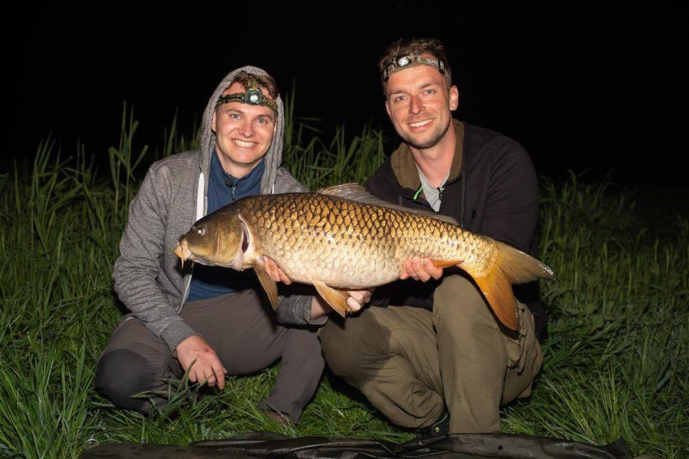 Nog voordat ze in de tent liggen, weten Ties en Kevin de eerste vis te vangen.