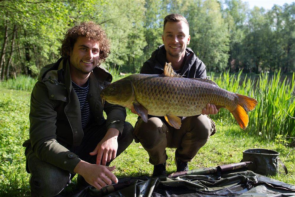Thom Beentjes en Kevin Diederen vangen enkele prachtkarpers in Limburg.
