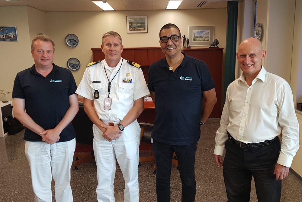 Jörgen Raymann en DCNA secretaris Ron van der Veer met de kustwacht van Curacao.