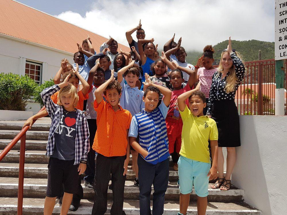 Kinderen op Saba maken het haaiengebaar.