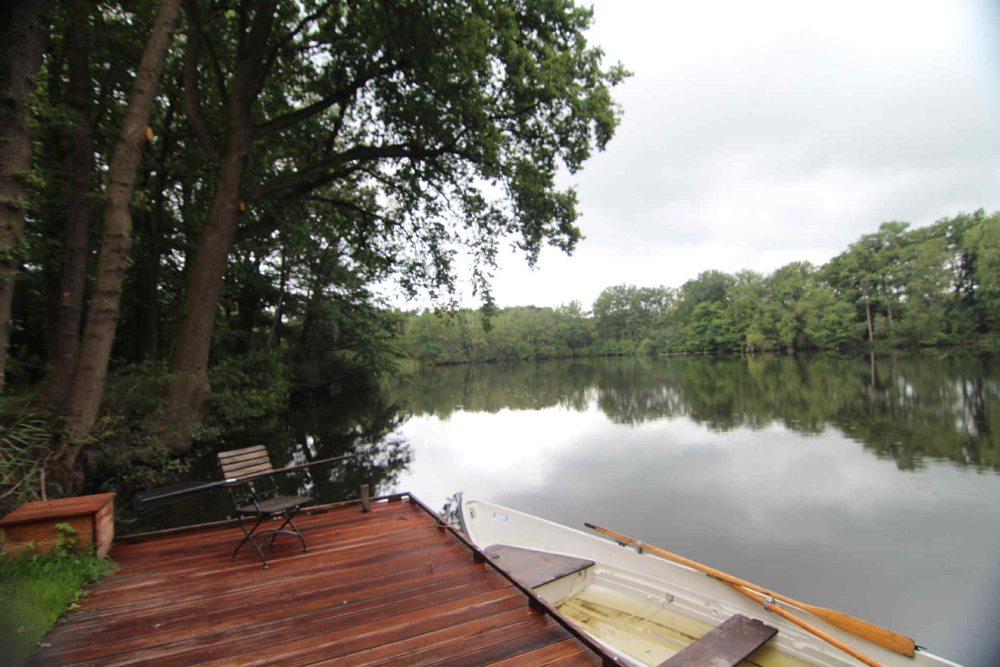 Het water heeft een diepte van 2,5 meter en is ongeveer 1 hectare groot met veel taludranden en met mooie, overhangende bomen.