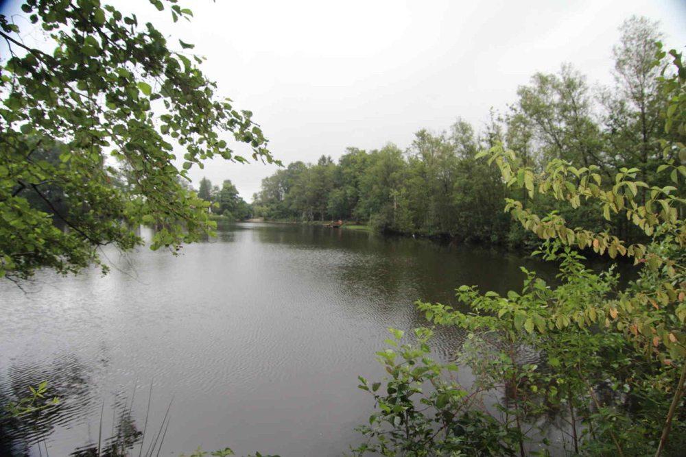 Landgoed Spellbrink is bijna 100 jaar oud. En in het midden van het tien hectare grote perceel bevindt zich een mooi meer van 2,8 hectare.