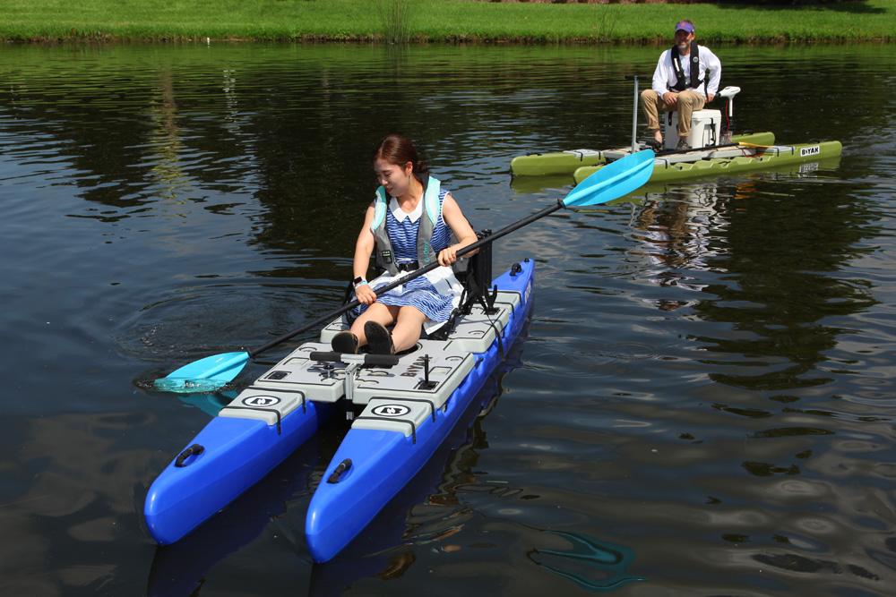 De nieuwe Biyak Boats kajakken beschikken over twee drijflichamen waarmee de kajak zich goed laat manoeuvreren. Het bijzondere is dat de drijflichamen zo'n 50 centimeter uit elkaar geschoven kunnen worden, waardoor er een zeer stabiel werp- en visplatform ontstaat. Website: www.biyakboats.com.