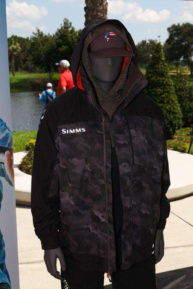 Simms toonde alvast enkele nieuwe kledingstukken langs het water, er was geen beginnen aan om alle nieuwe kleding, tassen en dergelijke naar buiten te slepen. Er werd nog een rugzak getoond waarbij je het onderste gedeelte voor je buik kunt draaien, zodat je gemakkelijk toegang hebt tot de inhoud hiervan. Website: www.simmsfishing.com.