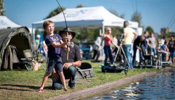 Viskampioen 2018, een initiatief van Sportvisserij Nederland, wordt met bijna 1.000 aanmeldingen het grootste jeugdsportvisevent dat ooit in Nederland is gehouden. Aan de grote plas van het terrein is van alles te doen, te zien en te beleven.