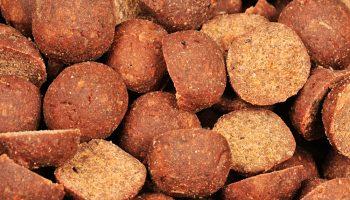 Vergeleken met hele boilies hebben gehalveerde boilies een veel opener structuur waardoor alle aanwezige flavours en lokstoffen maximaal kunnen uitlekken.