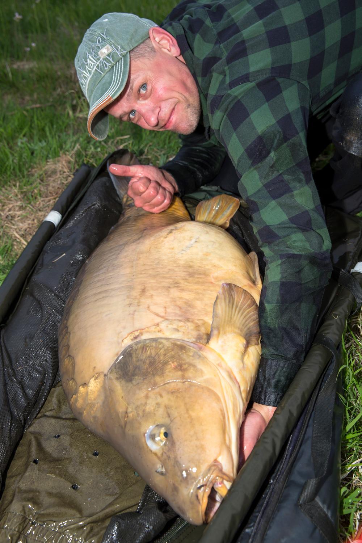 Op partikels alleen knollen? Raymond Hakkert heeft zijn twee grootste vissen op tijgernoten gevangen.
