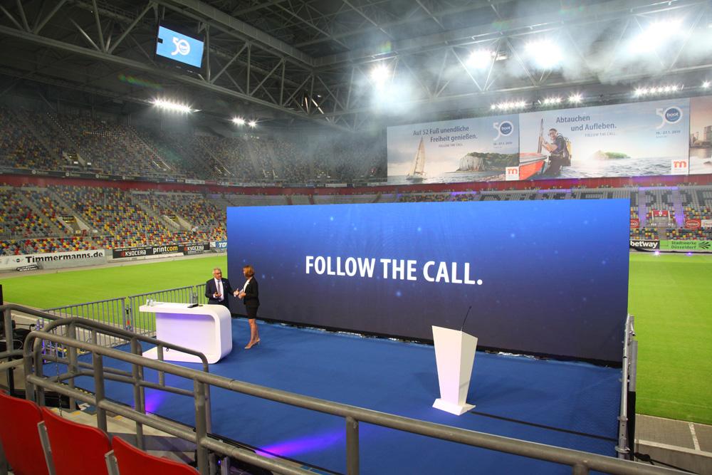 Met een lichtshow en vuurwerk gingen de presentaties in de Düsseldorf Arena van start.