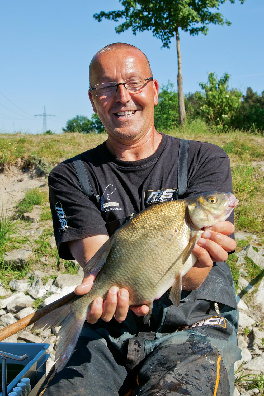 Het poederextract van lever brengt de schuwe vis weer aan het azen.