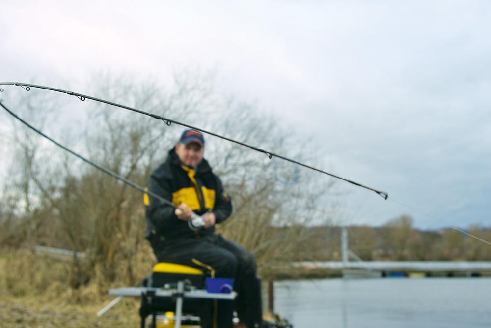 Eindelijk kromt de hengeltop zich. In de winter kan het vaak een tijdje duren alvorens vis begint met azen.