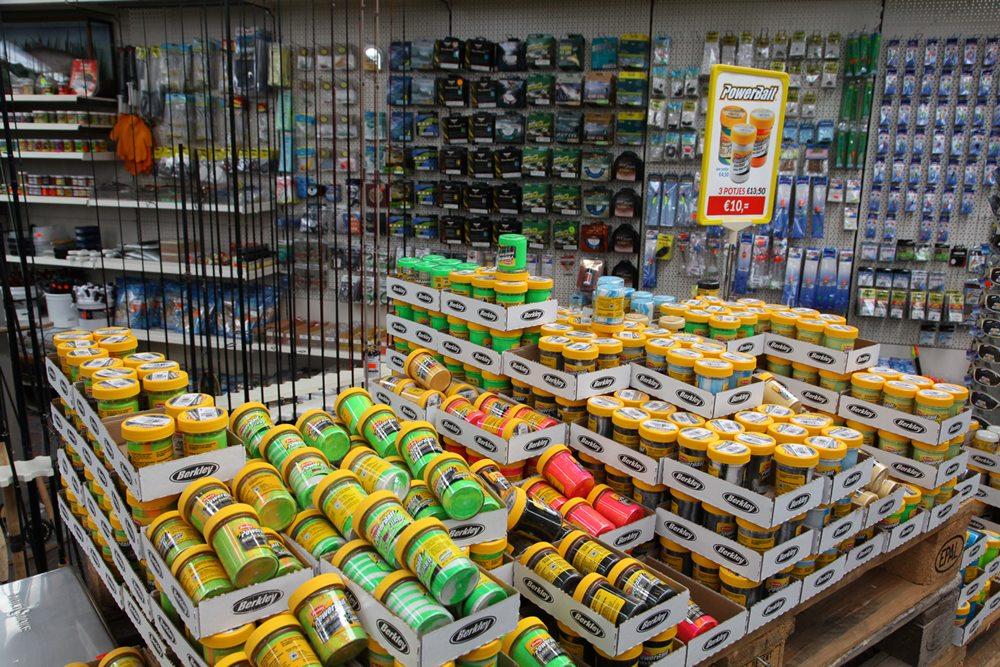 Ook de forelvisser vindt alles wat zijn hartje begeren kan in de winkel.