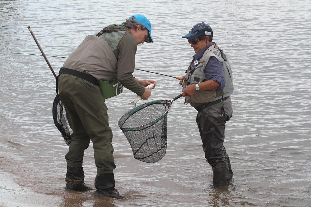 Er werd niet alleen kleine vis gevangen op het lichte materiaal.