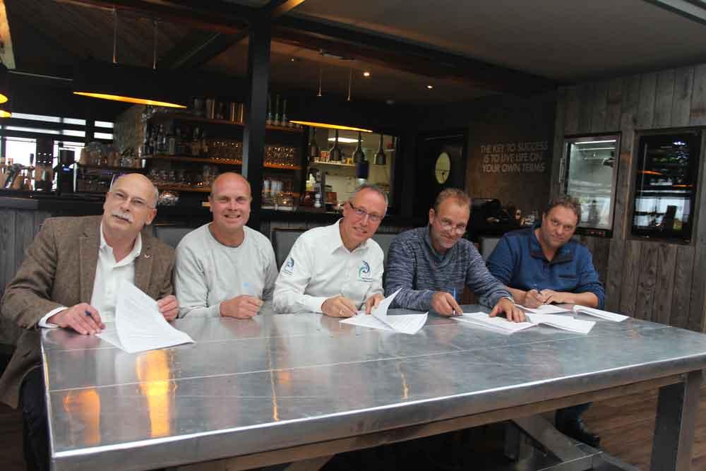 Van links naar rechts ondertekenen de volgende personen: Fred Bloot, adjunct-directeur Sportvisserij Nederland, Bram van Wijk, bestuurslid water- en visstandbeheer Sportvisserij MidWest Nederland, Frits Jager, voorzitter Sportvisserij MidWest Nederland, Gerard Heimensen, beroepsvisser, Jan Wormsbecher, beroepsvisser.