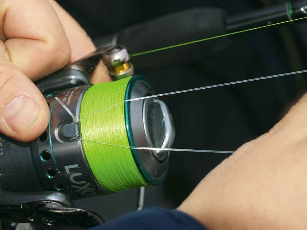 Werp de montage op de stek. Knoop de powergum tot een lus en leg deze achter de lijnclip.