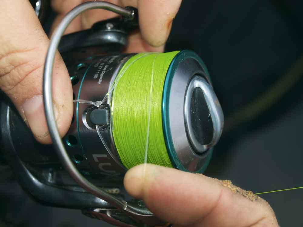 Leg de lus driemaal om de molenspoel en haal de montage binnen.