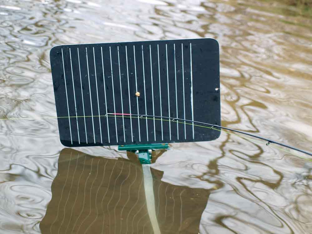 Een zogenaamd 'target board' met verticale strepen helpt je om de kleinste trillingen van de feedertop waar te nemen.