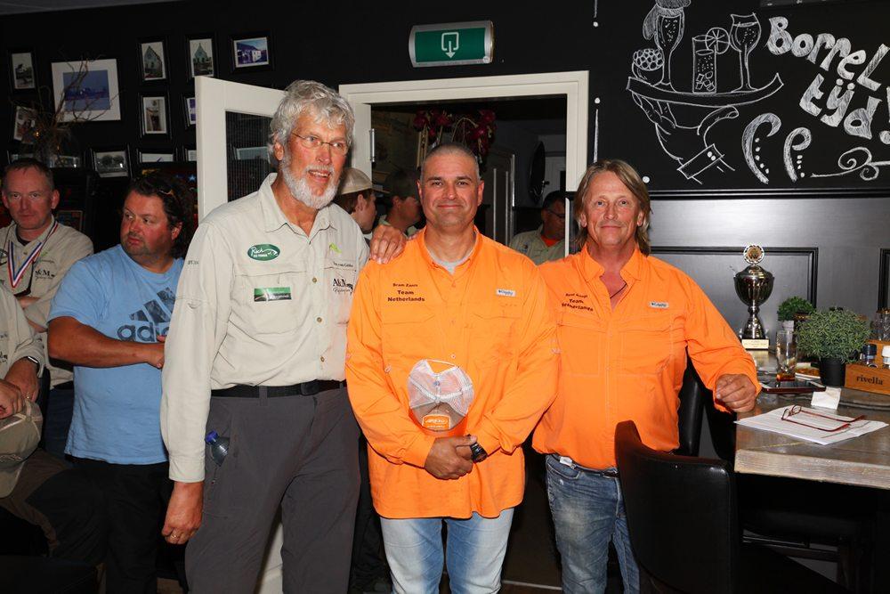 De Nederlands Kampioen Bram Zanis, de nummer twee René Koops en de nummer drie Ton van Gelder krijgen hun herdenkingsborden uitgereikt op het Topsport Gala van Sportvisserij Nederland in november.