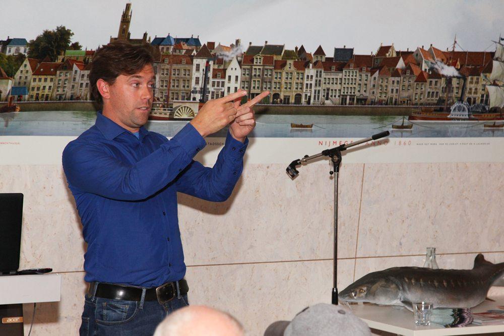 Ernst Schrijver werkt voor ARK Natuurontwikkeling maar is daarnaast ook een enthousiast sportvisser. In zijn presentatie ging hij in op de terugkeer van de steur in het stroomgebied van de Rijn en Waal. Recentelijk zijn er bij Kekerdom en Lobith twee keer 47 steurtjes uitgezet, een aantal daarvan heeft de weg naar zee weten te vinden, zo blijkt uit terug gevangen exemplaren.