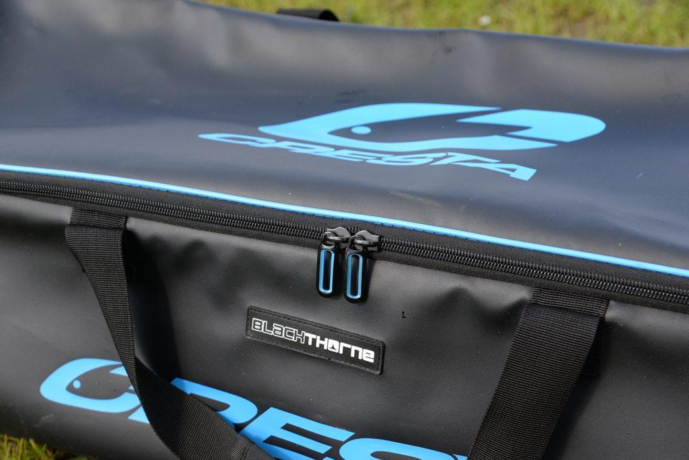 Deze royale tas van 90 x 27 x 27 centimeter biedt ruimte aan alle grotere accessoires die de veeleisende visser met zich meeneemt.