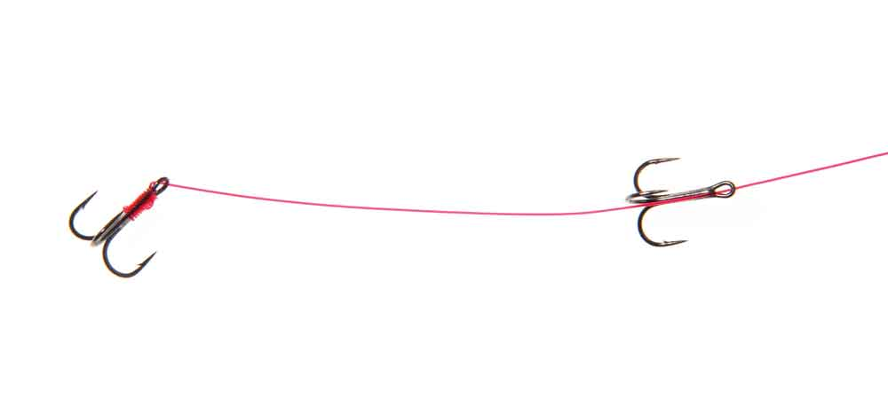 De tweede dreg, afhankelijk van de lengte van de aasvis, langs het onderlijnmateriaal houden en op dezelfde wijze vastzetten.