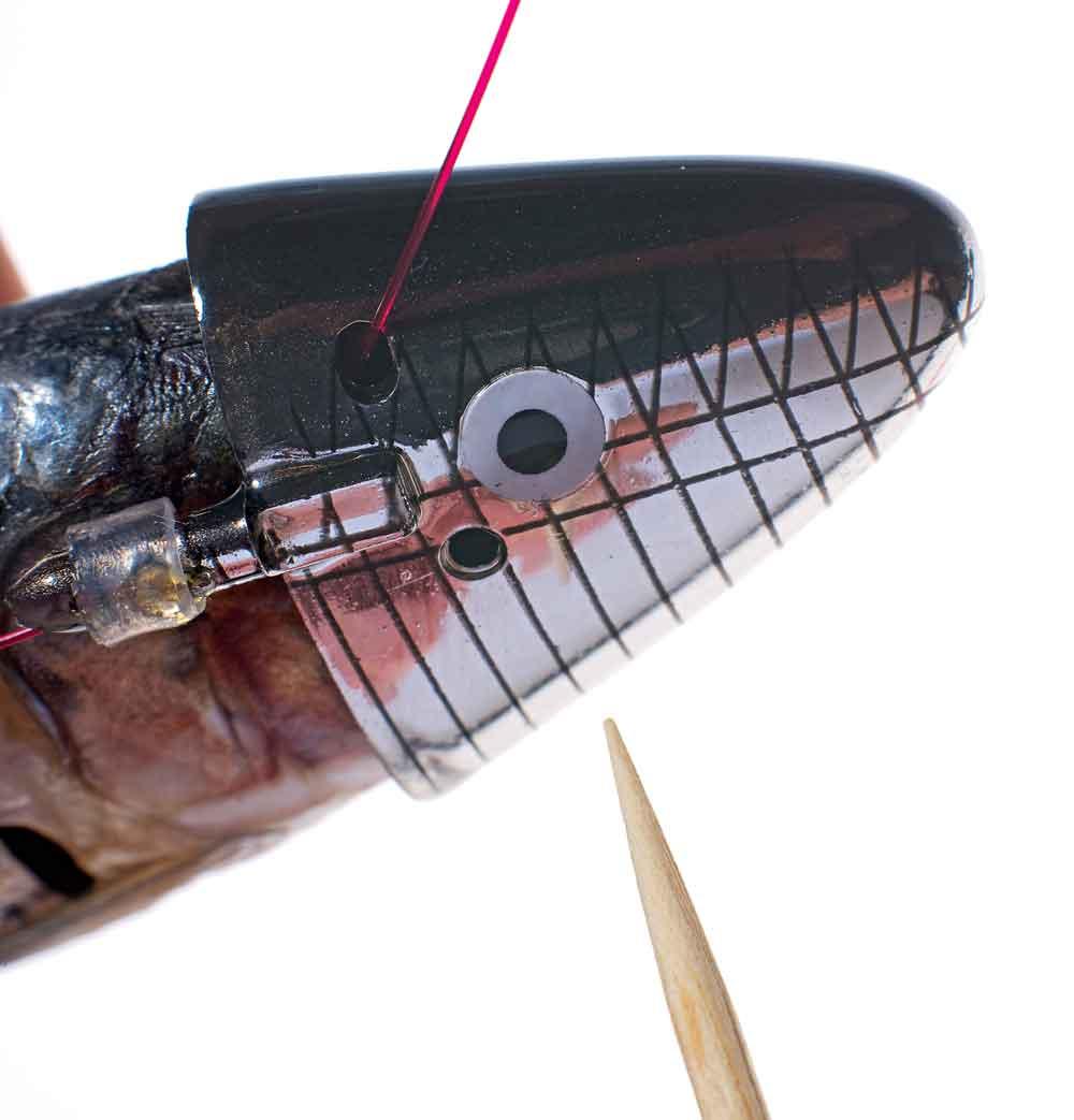Het eigenlijke vastzetten van de aasvis wordt met een tandenstoker gerealiseerd.