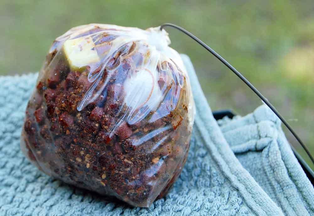 Bij het voeren met een pva zakje kan de montage tegelijkertijd met het voer worden gebracht. Hierdoor liggen voer en haakaas praktisch op dezelfde plek.