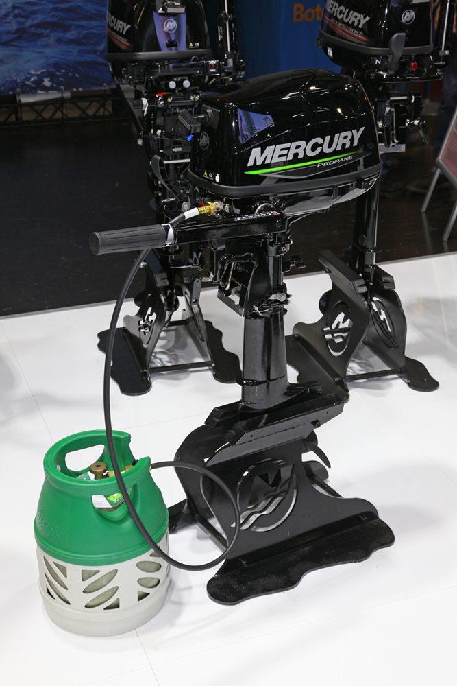 De nieuwe viertakt buitenboordmotor van Mercury die loopt op propaangas.