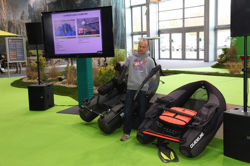 In het 'sportviscentrum' geeft Pascal Wessel (www.dicht-am-fisch.de) een presentatie over het vissen met de bellyboot.