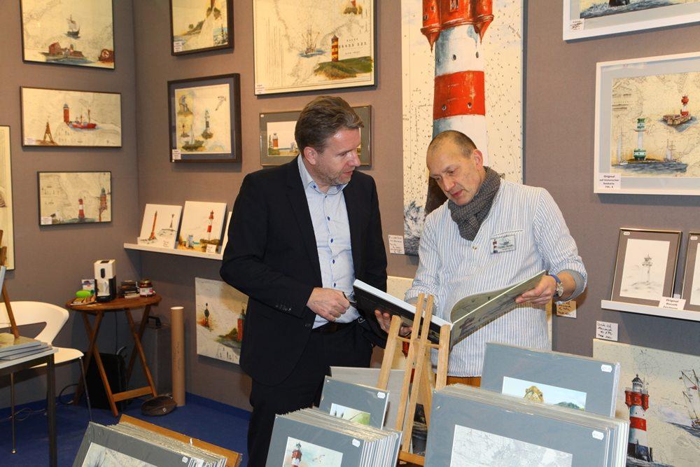 Ook kunstenaar Thomas Kubitz (rechts) was zeer tevreden over de verkoop tijdens de eerste dagen van de beurs.
