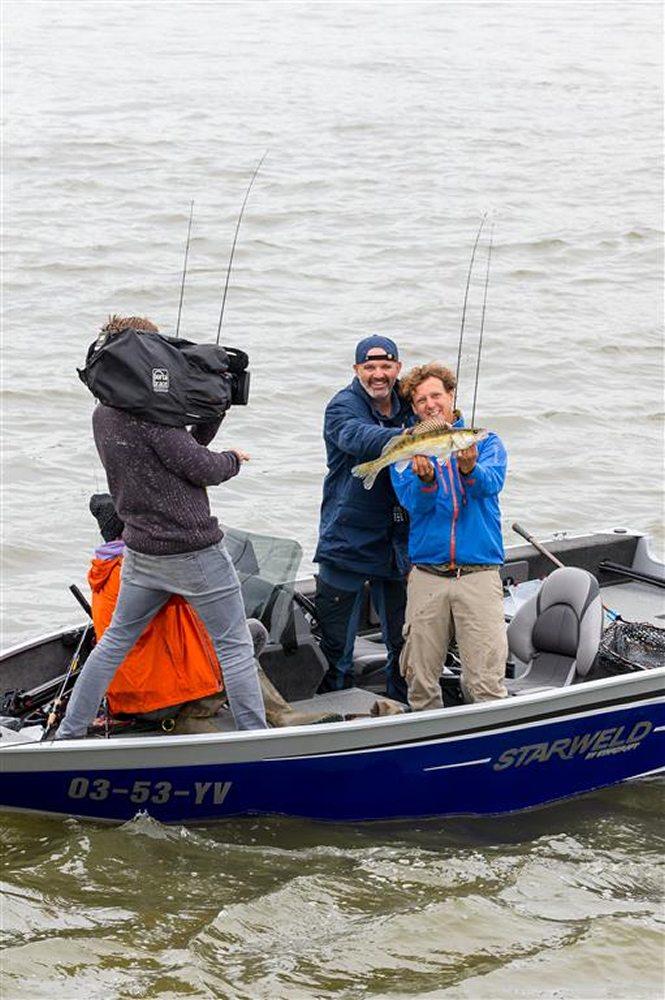 Ook de cabaretier weet zijn vissen te vangen in de uitzending.