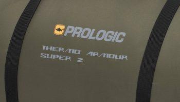De buitenkant bestaat uit ene combinatie van 210T polyester Rip-Stop materiaal en 100% waterdicht 240T nylon.