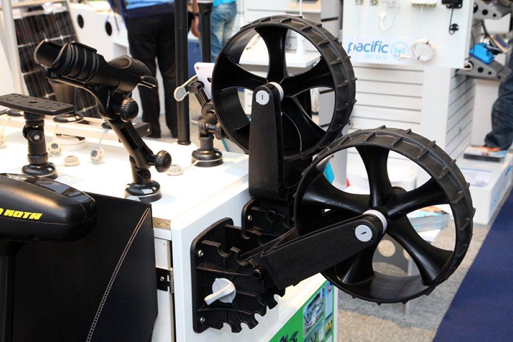 Handige wielen van Railblaza die je aan, bijvoorbeeld, een opblaasbare boot kunt bevestigen en waarmee je de boot snel kunt transporteren.