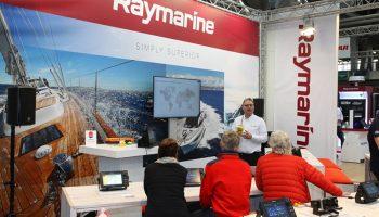 Instructie over diverse onderwerpen op de stand van Raymarine.