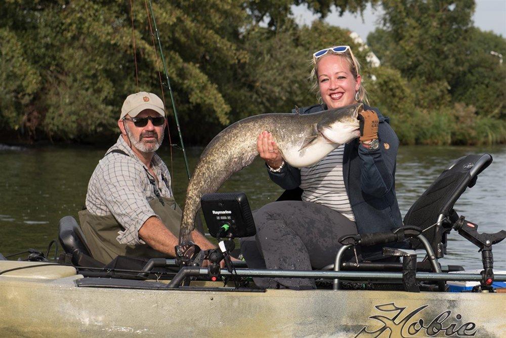 Monstervissen - Onverwacht snel vangt Sophie op de rivier vanuit de kajak een mooie meerval.