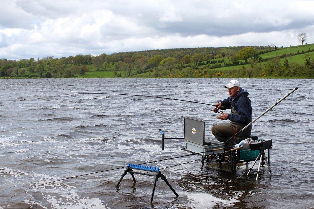Vijf vragen aan André Multem - André Multem in zijn element op de Ierse meren. Je mag kniediep waden, dus zorg voor een goed waadpak, zodat je droog blijft, er kan nog weleens een golfje staan.