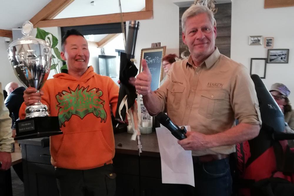 Een gelukkige Mathieu Dobben neemt de prijzen in ontvangst van organisator Leon Godijk.