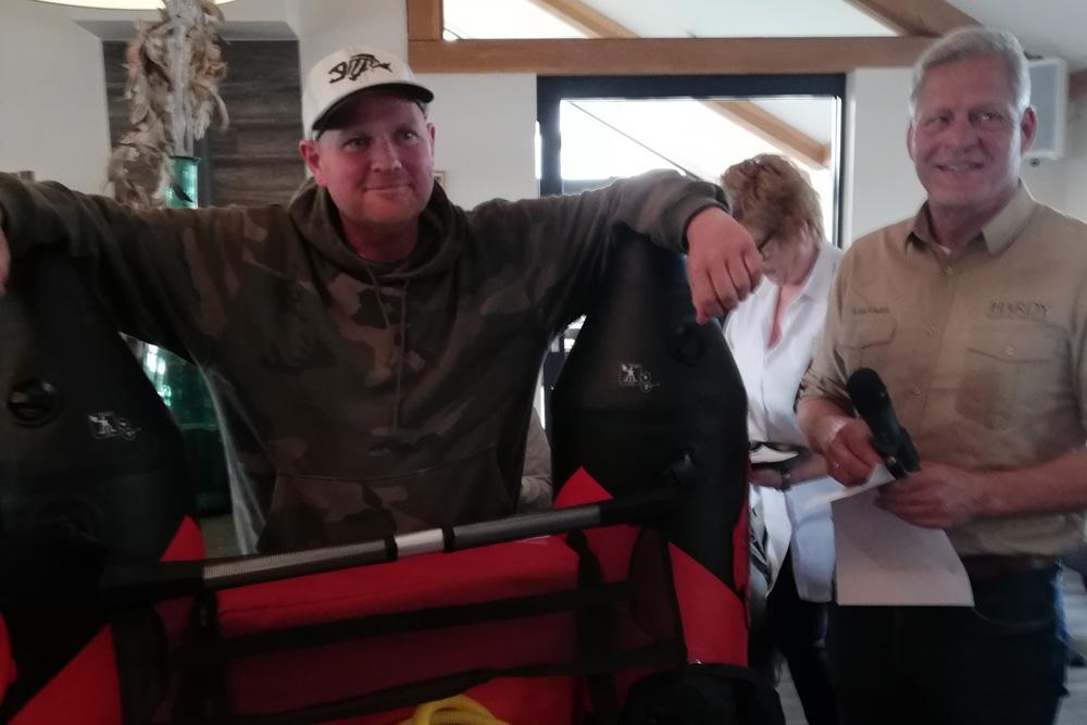 Ben van der Meer mocht voor zijn derde plek een fraaie bellyboot in ontvangst nemen.