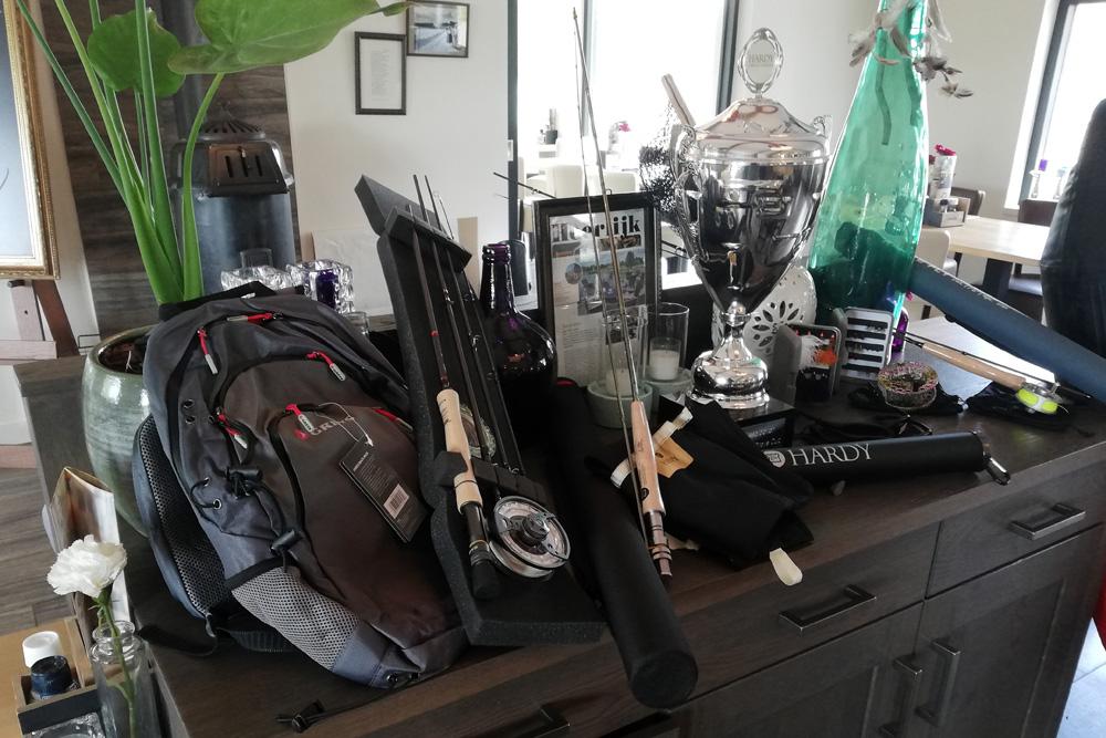 De fraaie prijzentafel van de Hardy Cup met producten van de sponsors Hardy, Greys en 1000vliegen.nl.
