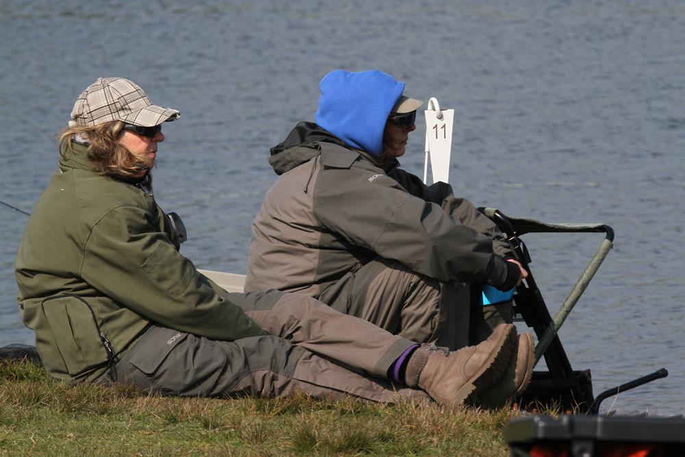 Er werd afwisselend gevist en gecontroleerd door de deelnemers aan deze door de VNV en Sportvisserij Nederland georganiseerde wedstrijd.