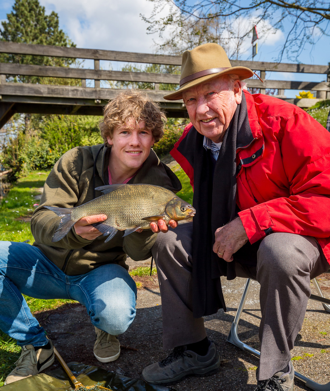 Brasem - Daniel Weijers (l) gaat vissen met zijn opa.
