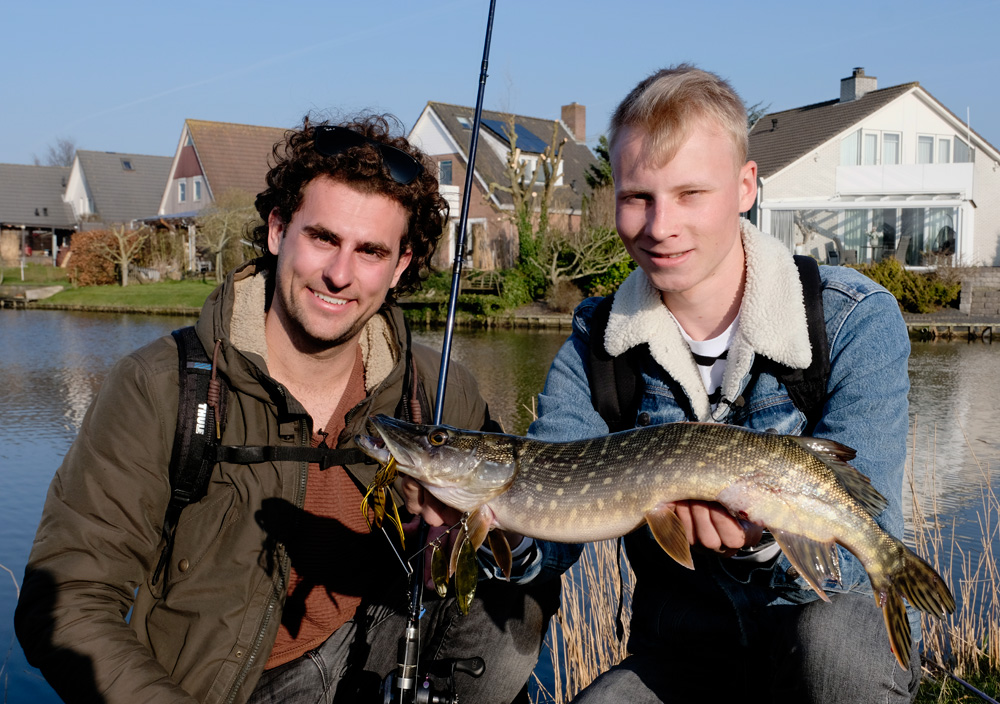 Brasem in VIS TV - Snoek op de spinnerbait voor Jesse (r).