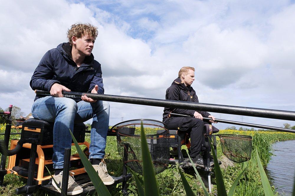 Vis TV XL - Daniel (l) en Sjors Milder vissend met de vaste hengel.