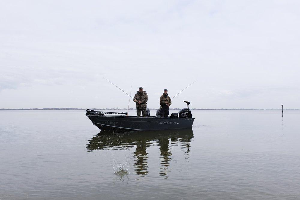 Vis TV XL - Marco Kraal met vismaat in actie op het Haringvliet.