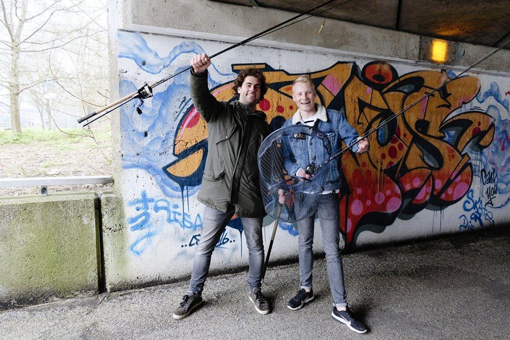 Vis TV XL - Thom Beentjes (links) gaat o.a. streetfishen in Leeuwarden.