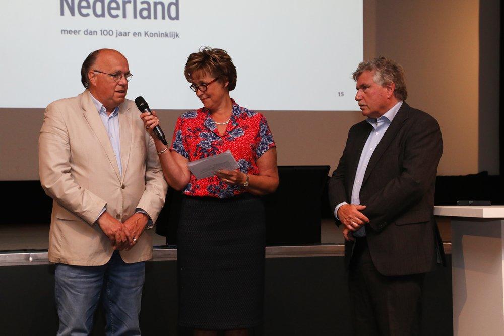 Pierre Bronsgeest en Peter Dohmen werden door Marjan van Kampen-Nouwen naar voren geroepen en gaven uitleg over hun werkzaamheden en inzet voor de sportvisserij.